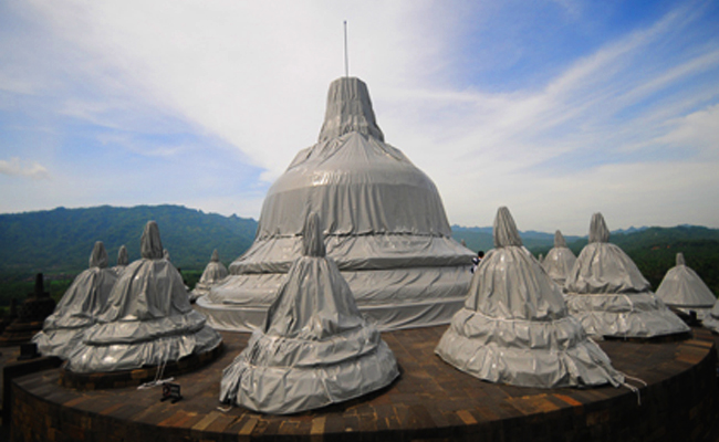 Stupa Borobudur Ditutup Plastik untuk Mitigasi Bencana