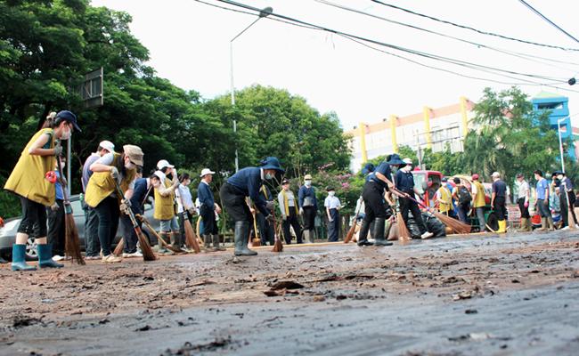 300 Relawan Tzu Chi dan 100 Tentara Bersihkan Sampah Banjir di Jalanan Pluit