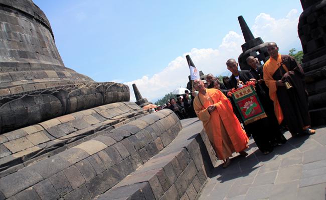BLIA Jakarta Peringati Detik-detik Waisak di Puncak Candi Borobudur