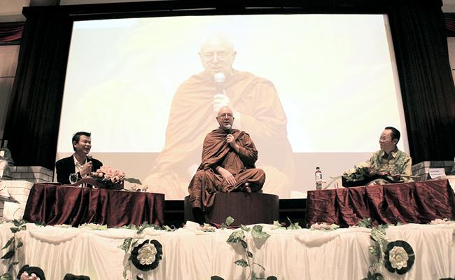 Tanya Ajahn Brahm (1): Tentang Keluarga