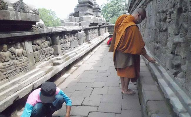 Umat Buddha Ramai-ramai Bersihkan Candi Borobudur dari Abu Kelud