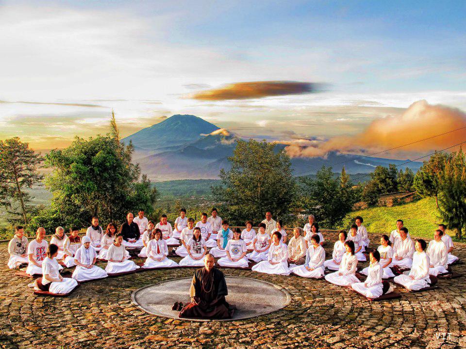Indah dan Damainya Meditasi di Atas Awan