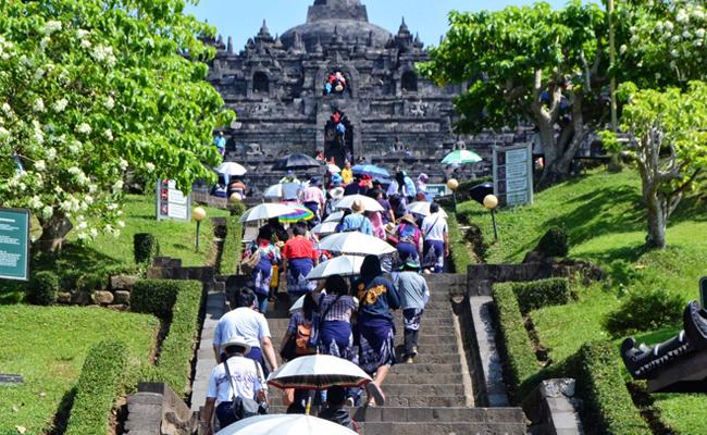 Hampir Separuh Lantai Tangga Candi Borobudur Rusak