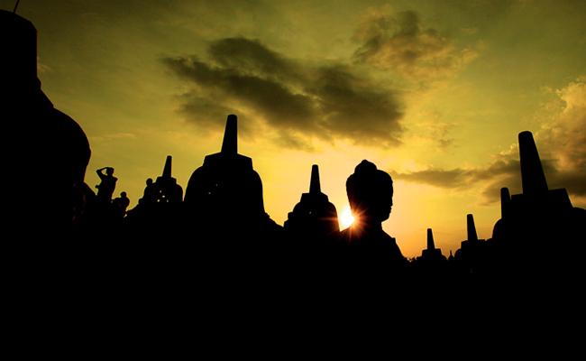 Jangan Nyalakan Lilin dan Dupa di Atas Batu Candi Borobudur