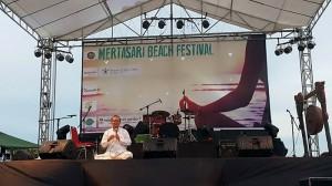 2 Merta Ada Tejena memimpin sesi meditasi
