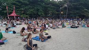 3 Para turis antusias mengikuti sesi meditasi dan yoga
