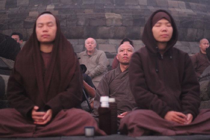 Meditasi di stupa induk Candi Borobudur
