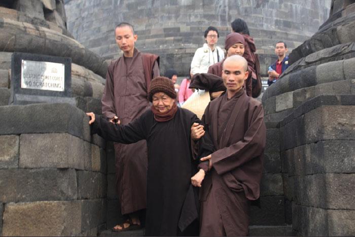 Sister Chan Kong harus dipapah oleh murid-muridnya