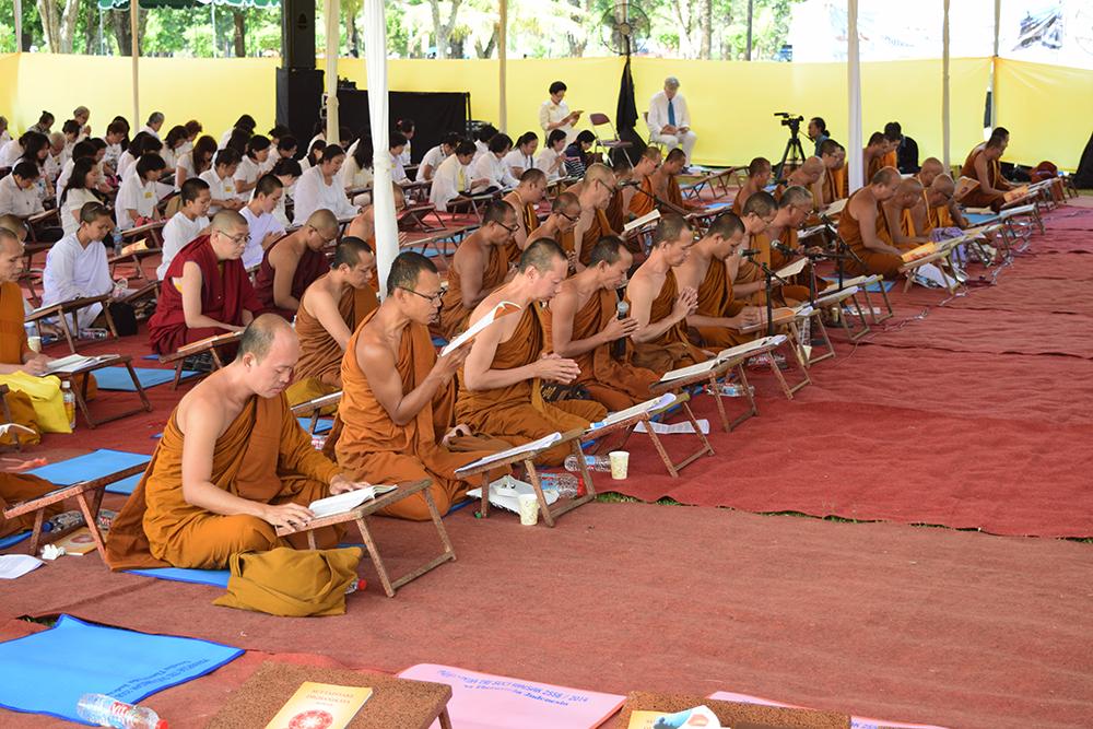 Diikuti oleh 40 bhikkhu dan ratusan umat