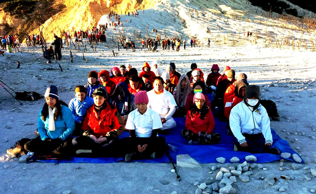Meditasi di Tengah-tengah Hawa Dingin Gunung Papandayan