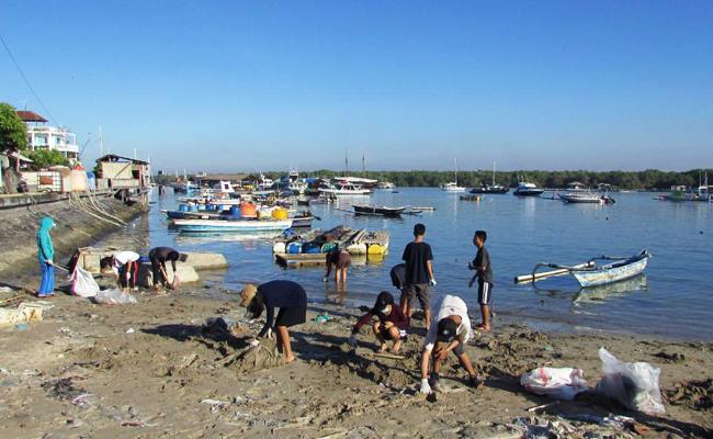 Mahasiswa Buddhis Bali Bersih-bersih Pantai Serangan