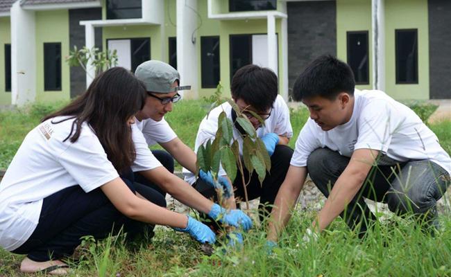 KMB Universitas Indonesia Awali Rangkaian Waisak dengan Penanaman Pohon