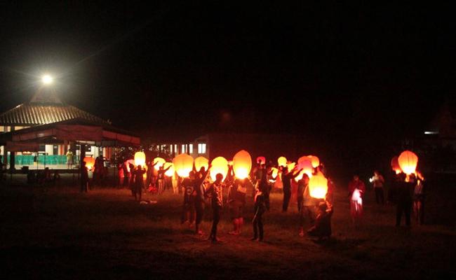 Sambut Waisak, Mahasiswa Buddhis UGM Terbangkan Lampion Bersama Umat Buddha Pedesaan