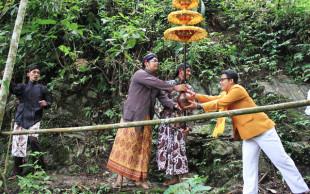 Uniknya Upacara Adat Pengambilan Air Suci Waisak di Kulon Progo
