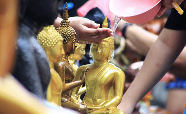 Membersihkan Rupang Buddha Menjelang Waisak