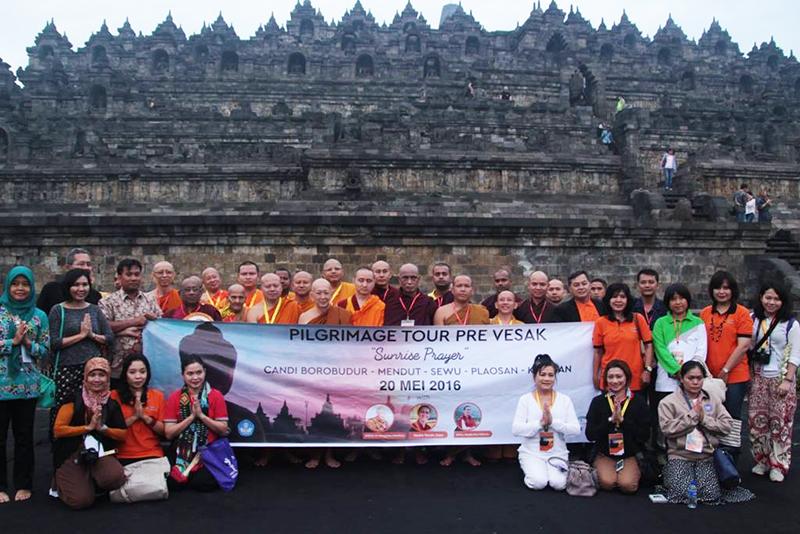 20160521 Borobudur Sunrise Prayer 11