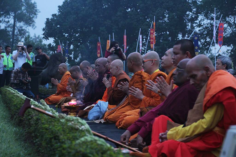 20160521 Borobudur Sunrise Prayer 5