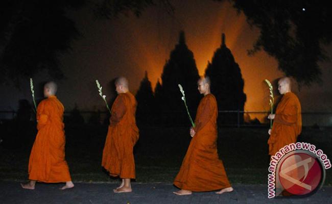Ribuan Umat Buddha Rayakan Detik-detik Waisak di Candi Sewu
