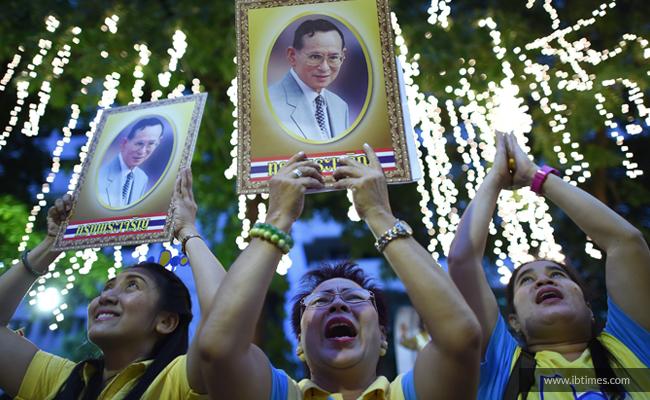 Raja Bhumibol Adulyadej Kritis, Rakyat Thailand Gelar Doa Bersama