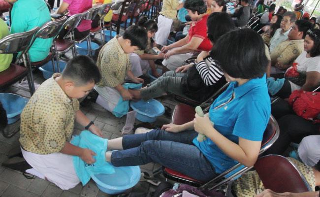 1300 Pasangan Ibu dan Anak Terharu Mengikuti Gerakan Membasuh Kaki Ibu