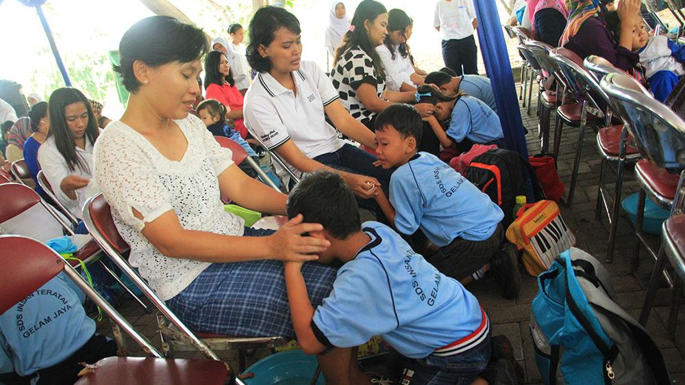 20161218-1300-pasangan-ibu-dan-anak-terharu-mengikuti-gerakan-membasuh-kaki-ibu-5