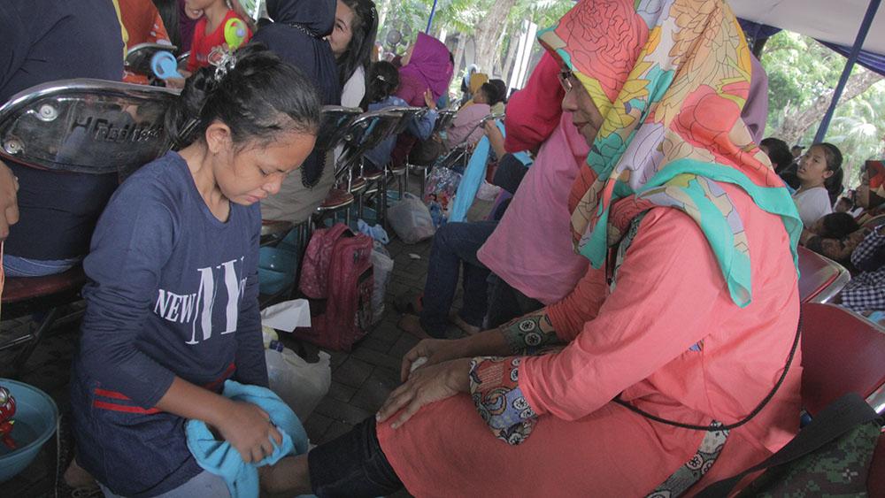 20161218-1300-pasangan-ibu-dan-anak-terharu-mengikuti-gerakan-membasuh-kaki-ibu-6