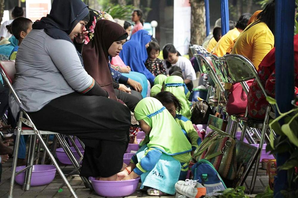 20161218-1300-pasangan-ibu-dan-anak-terharu-mengikuti-gerakan-membasuh-kaki-ibu-8