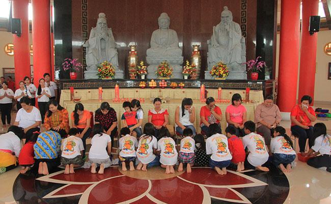 Umat Buddha Bangka Rayakan Hari Ibu dengan Membasuh Kaki Ibu