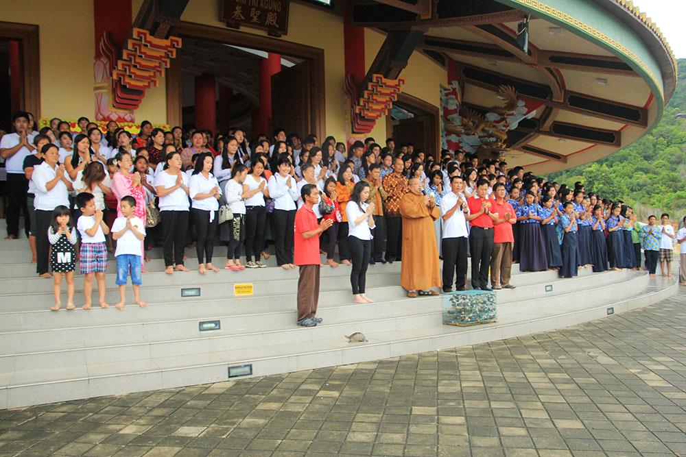 20161230-umat-buddha-bangka-rayakan-hari-ibu-dengan-membasuh-kaki-ibu-3