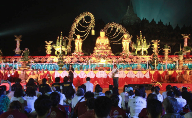 Ribuan Umat Buddha Ikuti Perayaan Waisak di Candi Borobudur Hingga Pagi