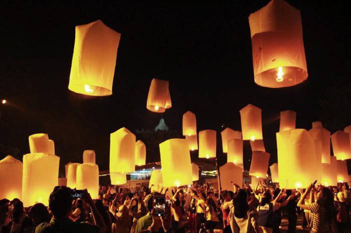 20170511 Ribuan Umat Buddha Ikuti Perayaan Waisak di Candi Borobudur Hingga Pagi 3