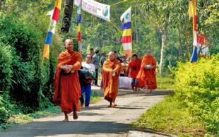 Para Bhikkhu Pindapata Keliling Desa Sebelum Perayaan Waisak
