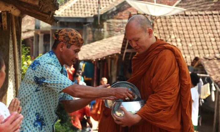 20170519 Para Bhikkhu Pindapata Keliling Desa Sebelum Perayaan Waisak 2