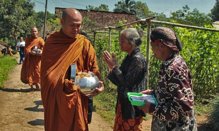 20170519 Para Bhikkhu Pindapata Keliling Desa Sebelum Perayaan Waisak 3