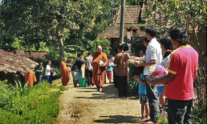 20170519 Para Bhikkhu Pindapata Keliling Desa Sebelum Perayaan Waisak 6