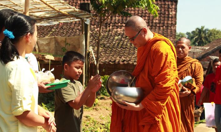 20170519 Para Bhikkhu Pindapata Keliling Desa Sebelum Perayaan Waisak 7