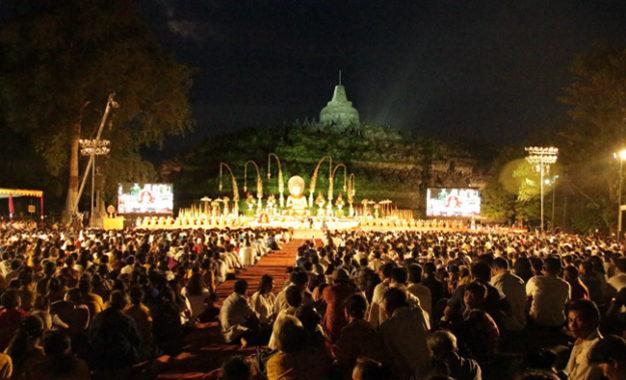Ribuan Umat Buddha Rayakan Asadha Agung 2561 BE/ 2017 di Borobudur