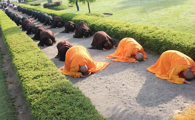 Ritual Waisak Tiga Langkah Satu Namaskara di Candi Sojiwan