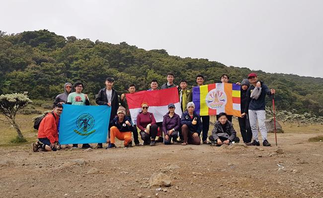 Peringati Lahirnya Pancasila: 17 Mahasiswa & Pemuda Buddhis Mendaki Puncak Gunung Gede
