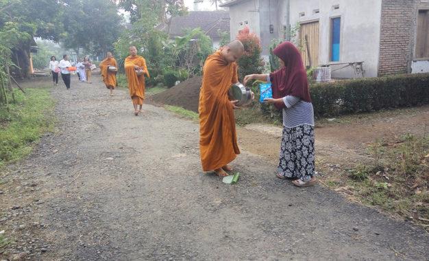Umat Buddha Desa Kandangan-Sarongan, Banyuwangi, Membaca Sutta 24 Jam Nonstop