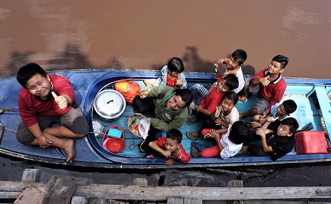 Membelah Sungai untuk Berkunjung ke Anak-anak Buddhis di Terentang Hulu, Pontianak