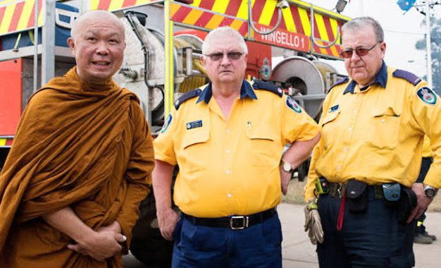 Bhikkhu Hutan Bantu Relaksasi Relawan Kebakaran di Australia