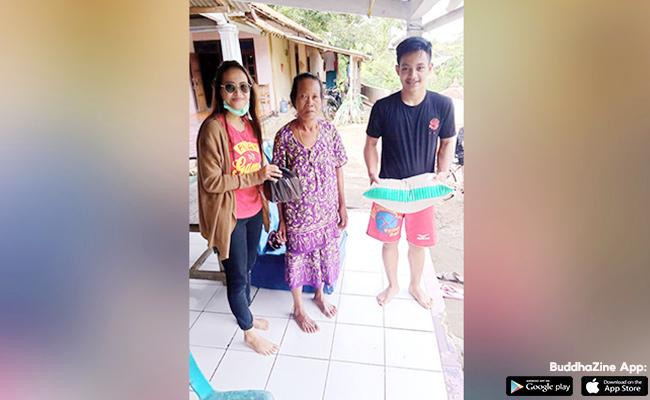 Pemuda Vihara Giri Santi Loka Berbagi Sembako di Dukuh Guwo
