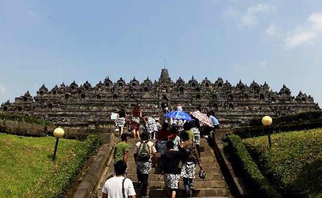 Sarung Bikin Pengunjung Candi Borobudur Lebih Santun