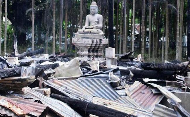 Vihara di Bangladesh Dibakar Massa