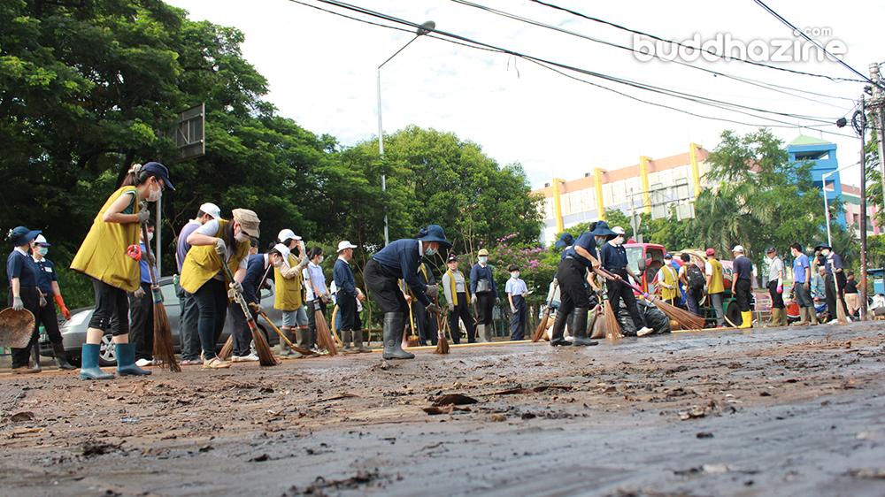 Tzu Chi dan TNI Bersihkan Sisa Banjir di Jalanan Pluit