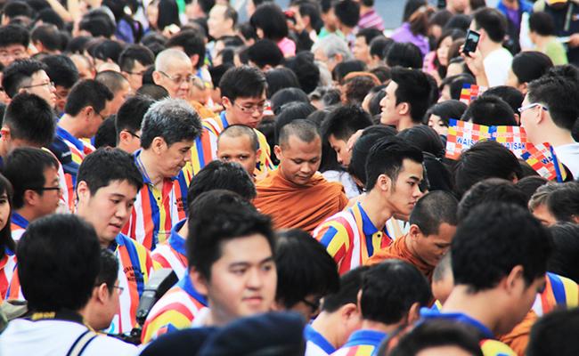 Puluhan Ribu Orang Berpesta Kebajikan Melalui Pindapata Gema Waisak