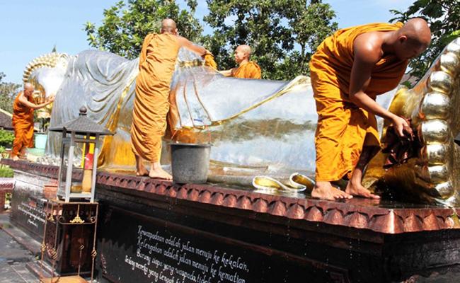 Bersihkan Patung Buddha untuk Sambut Waisak