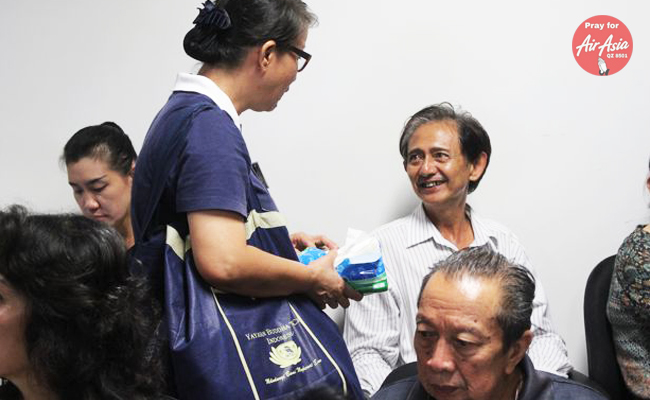 Relawan Tzu Chi Hibur Keluarga Penumpang Air Asia yang Hilang Kontak
