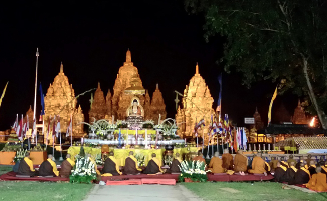 Waisak di Candi Sewu Dipadati 7500 Umat Buddha